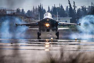 Истребитель-бомбардировщик Су-34 на аэродроме авиабазы Хмеймим