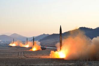 Одновременный запуск баллистических ракет под наблюдением лидера КНДР Ким Чен Ына. Фотографии опубликованы 7 марта 2017 года