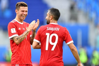 Нападающий сборной России Федор Смолов (слева) и полузащитник Александр Самедов