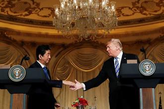 Японский премьер Синдзо Абэ с президентом США Дональдом Трампом во время встречи во Флориде, 18 апреля 2018 года