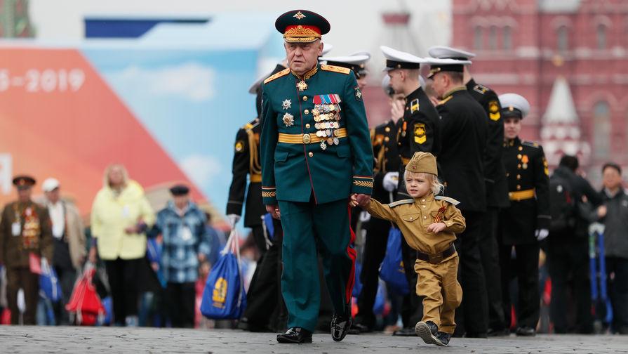 Ветеран и ребенок после военного парада Победы на Красной площади, 9 мая 2019 года