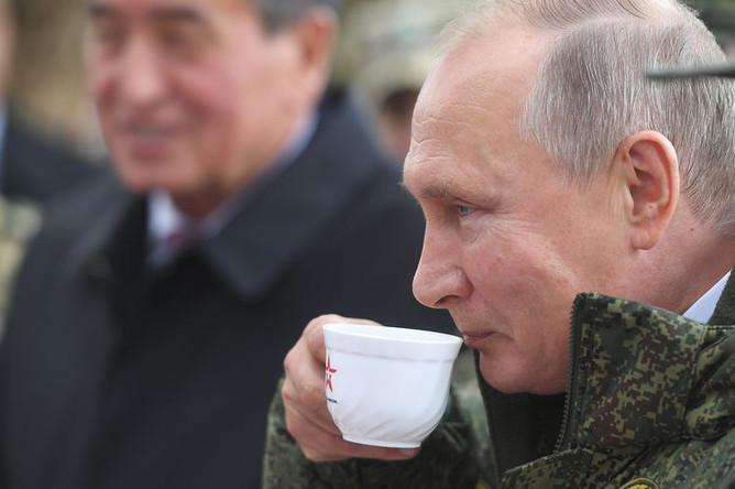 Президент России Владимир Путин и президент Киргизии Сооронбай Жээнбеков на полигоне «Донгуз», где проходит основной этап стратегического командно-штабного учения «Центр-2019», 19 сентября 2019 года
