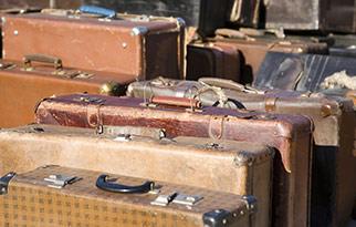 Ряды старых потрепанных чемоданов, фото 760215, снято 14 января 2008 г...