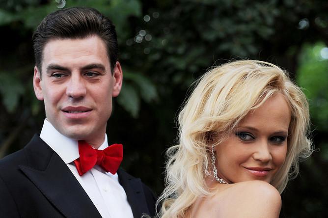 Актер Дмитрий Дюжев с супругой Татьяной перед началом церемонии открытия XXIV Открытого Российского кинофестиваля «Кинотавр»