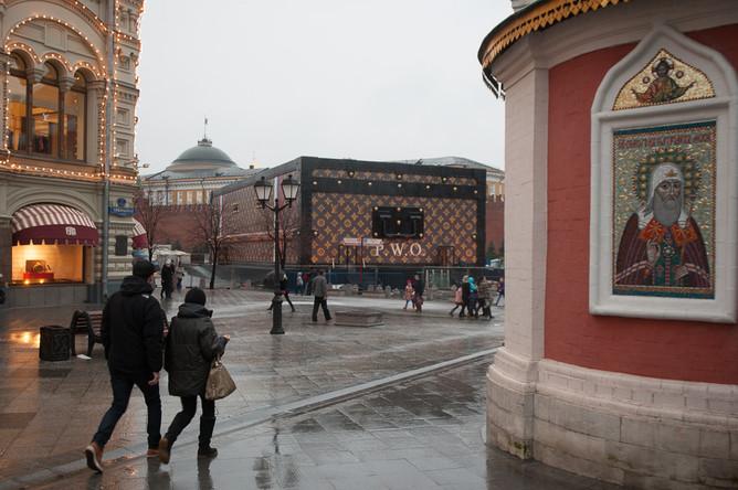 Против чемодана с логотипом Louis Vuitton, размещенного на Красной площади, высказались все думские фракции.