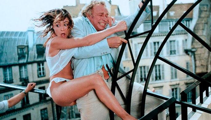 «Налево от лифта» (1988 год). Несмотря на то что Ришара привыкли видеть в образе недотепы, режиссеры заботливо подбирали ему в партнерши первых красавиц французского кино. В этой комедией ею стала Эмманюэль Беар