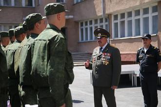 Военный комиссар Республики Крым Анатолий Малолетко напутствует призывников перед отправкой на службу в рядах Российской армии