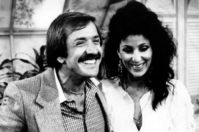 Сонни и Шер, 1981 год. Американский поп-рок-дуэт супругов существовал в 1964–1977 годах. После развода в 1974 году дуэт распался. Сонни Боно стал политиком, членом палаты представителей США, а Шер стала популярной соло-певицей и киноактрисой