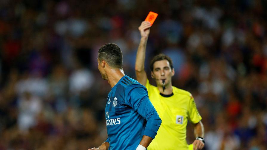 82-я минута матча. Арбитр Рикардо де Бургос Бенгоэчеа изгоняет Криштиану Роналду с поля