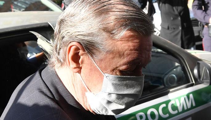 Актер Михаил Ефремов выходит из автомобиля у здания Пресненского суда города Москвы перед началом заседания по делу о ДТП со смертельным исходом, 3 сентября 2020 года