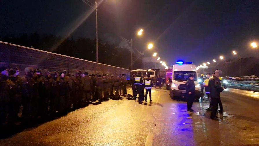 На месте аварии с участием самосвала и военных автобусов на 28-м километре Новорижского шоссе в Подмосковье, 11 января 2021 года