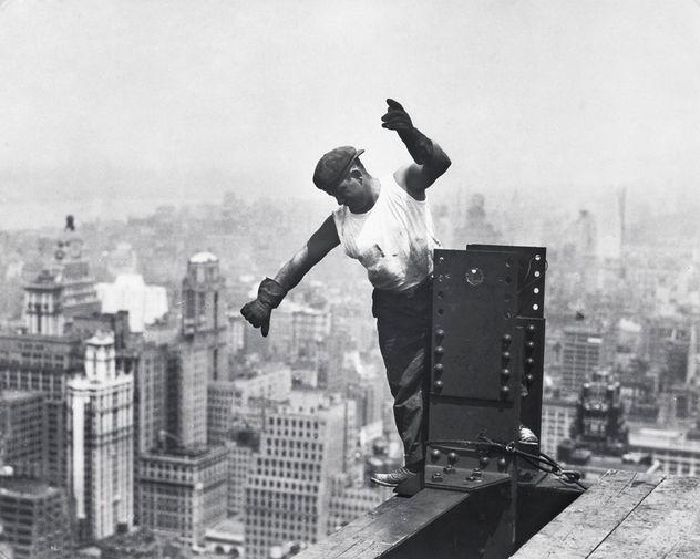 Работы завершились 21 ноября, а уже 11 апреля 1931 года здание было готово. Таким образом, строительство Эмпайр-стейт-билдинг заняло всего 410 дней. В среднем за неделю возводилось 4,5 этажа