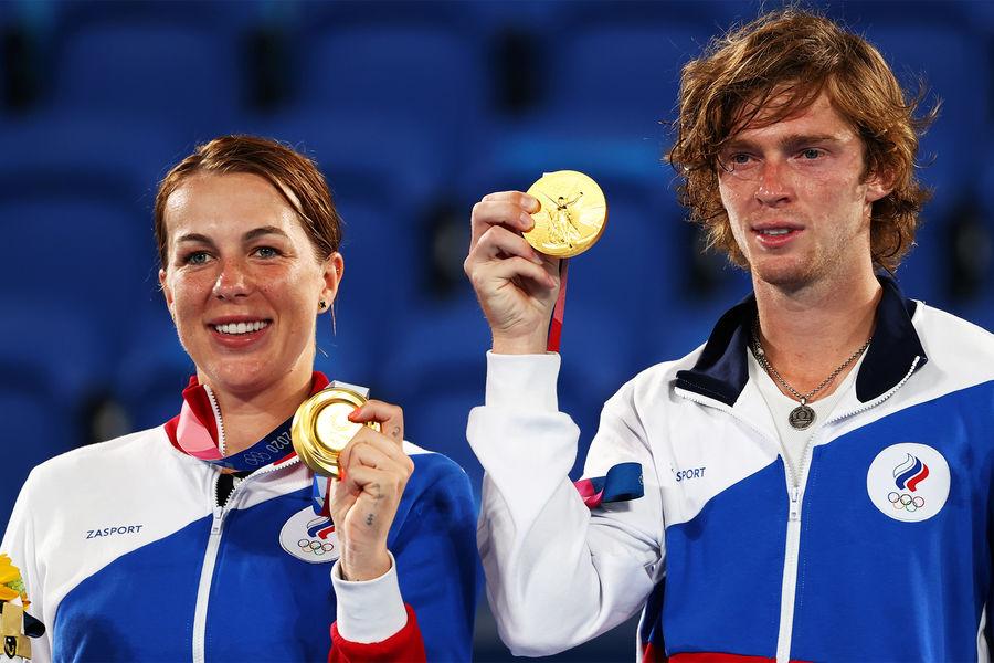 Анастасия Павлюченкова и Андрей Рублев нацеремонии награждения наXXXII летних Олимпийских играх вТокио, 2021 год