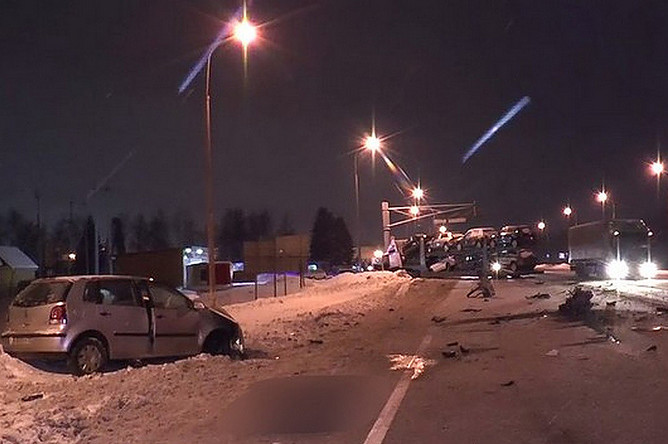 Последствия аварии с участием легкового автомобиля и автовоза в Калужской области, 11 февраля 2018 года