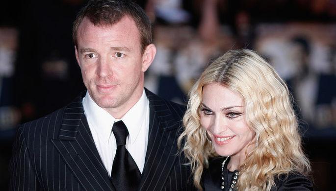 Гай Ричи и Мадонна. Официально развелись 21 ноября 2008 года после 7 лет супружеской жизни. В браке родился сын Рокко. Незадолго до развода Гай и Мадонна усыновили годовалого ребенка из Малави, Дэвида Банду