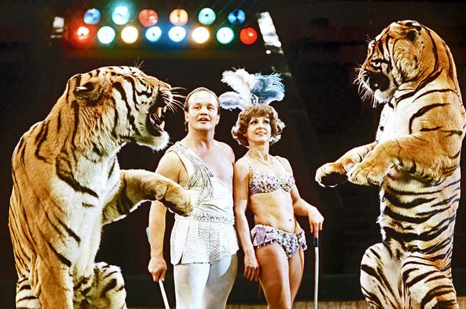 Мстислав и Долорес Запашные во время выступления на арене Московского государственного цирка на проспекте Вернадского, 1982 год
