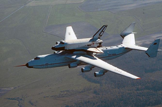 Грузовой самолет АН-225 «Мрия» с многоразовым космическим кораблем «Буран» на внешней подвеске во время перелета с космодрома Байконур в Киев, 1989 год