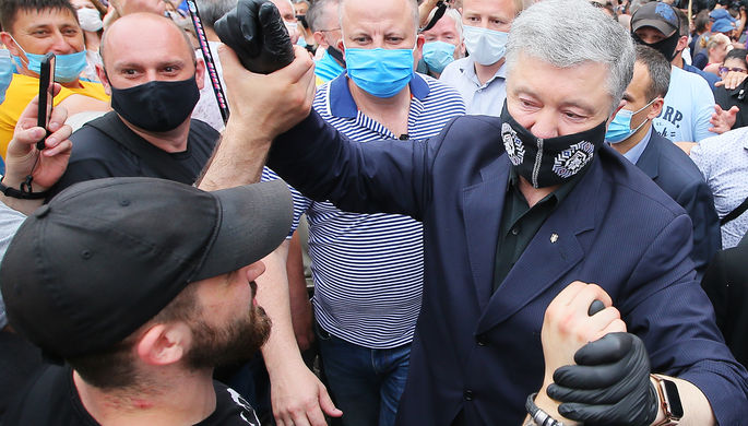 Экс-президент Украины Петр Порошенко после заседания Печерского районного суда Киева, июнь 2020 года