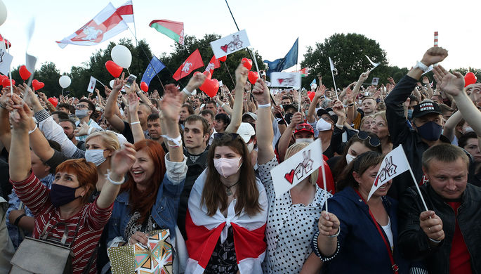 Участники митинга в поддержку кандидата в президенты Белоруссии Светланы Тихановской в Минске, 30 июля 2020 года