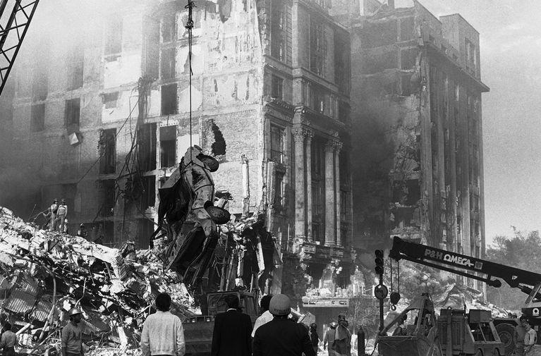 Спасательные работы после разрушительного землетрясения в Мехико, 22 сентября 1985 года