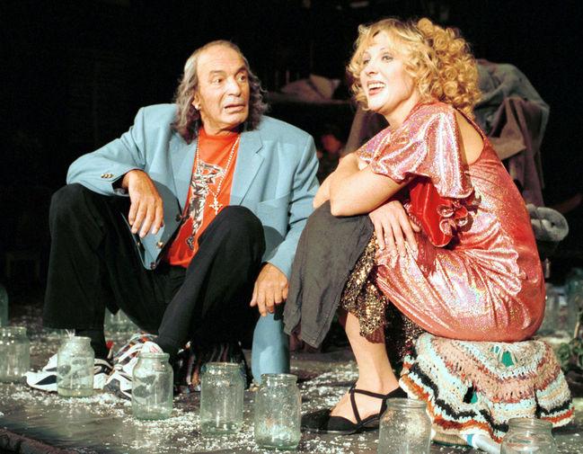 Валентин Гафт и Елена Яковлева в сцене из спектакля «Уйди-уйди» в театре «Современник», 2000 год