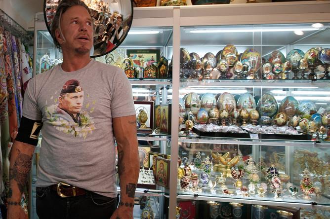 Микки Рурк в футболке с изображением президента России Владимира Путина в сувенирном магазине в центре Москвы, 2014 год