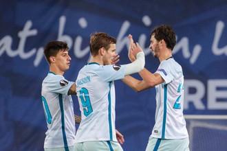 Футболисты петербургского «Зенита» Эмилиано Ригони (слева), Александр Кокорин (в центре) и Александр Ерохин