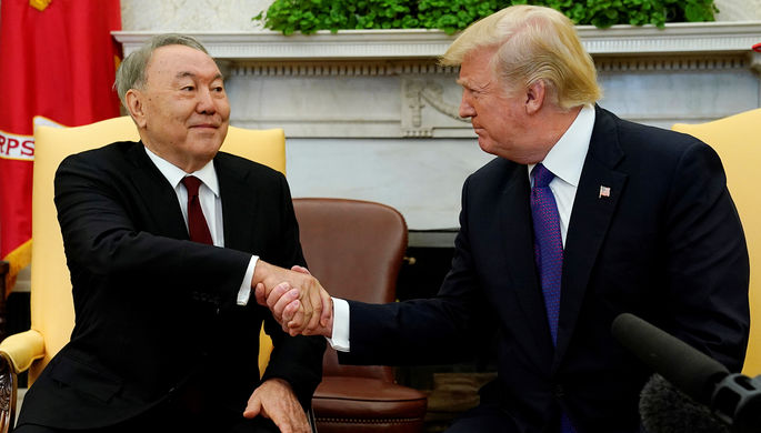 Президент Казахстана Нурсултан Назарбаев и президент США Дональд Трамп во время встречи в Белом...