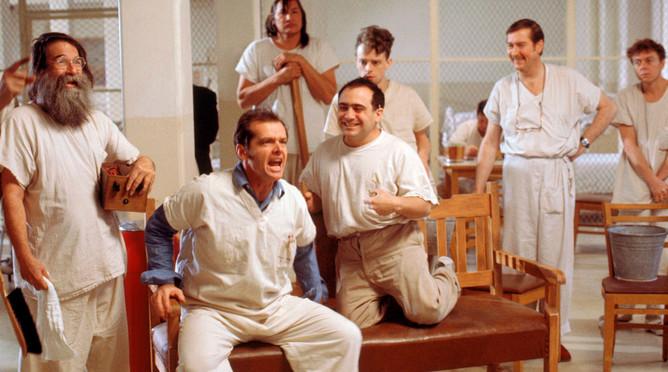 <b>&laquo;Пролетая над гнездом кукушки&raquo; (1975)</b> <br>Драма, снятая по мотивам одноименного романа Кена Кизи, стала путевкой в большое кино для Де Вито. Режиссер Милош Форман рассматривал на роль Мартини актера с яркой индивидуальностью, этим ему и приглянулся артист, который на тот момент играл в бродвейском спектакле по &laquo;Гнезду кукушки&raquo;. Фильм был удостоен сразу пяти &laquo;Оскаров&raquo;