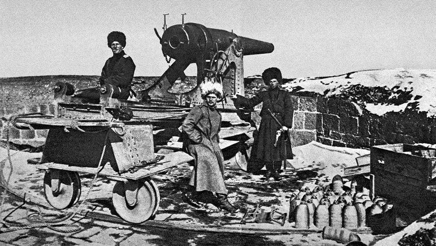 Русские солдаты на привале около боевого орудия после взятия крепости Эрзурум во время первой мировой войны, 1916 год
