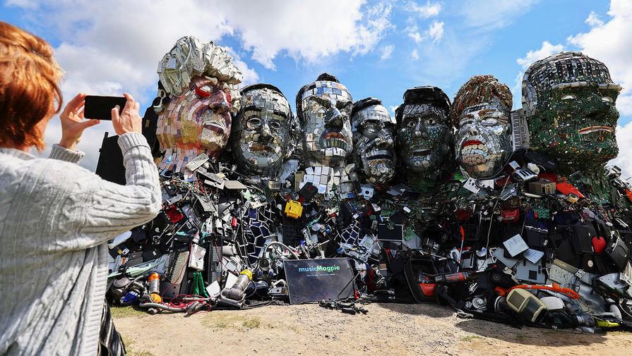 Джо Раш объяснил, что для его произведения выбрали наиболее заметное место- на другой стороне залива напротив гостиницы, где в эти выходные пройдет саммит