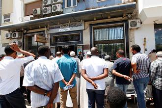 Очередь возле банка в столице Ливии Триполи, май 2016 года