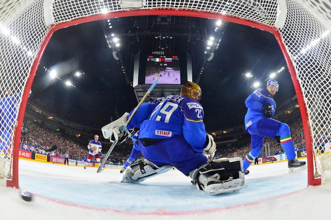 Вратарь сборной Италии Фредерик Клутье пропускает шайбу в матче группового этапа чемпионата мира по хоккею 2017 со сборной России