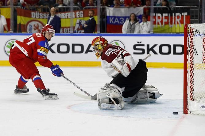 Хоккеист сборной России Никита Гусев атакует ворота Латвии