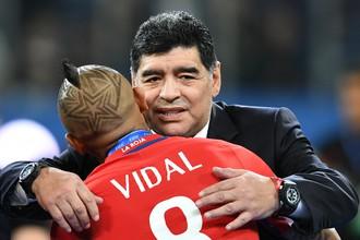 Диего Марадона после финала Кубка конфедераций с футболистом сборной Чили Артуро Видалем