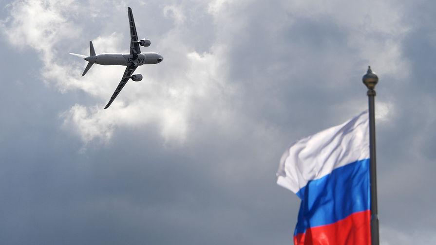 Российский среднемагистральный узкофюзеляжный пассажирский самолет МС-21-300 во время демонстрационный полета на авиасалоне МАКС в подмосковном Жуковском, 27 августа 2019 года