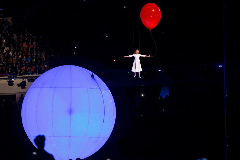 Девочка Люба парит над олимпийским стадионом в Сочи 2014