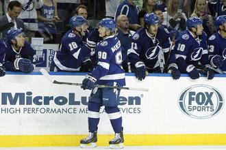 Владислав Наместников (№90) принимает поздравления с первым голом в своей карьере в НХЛ