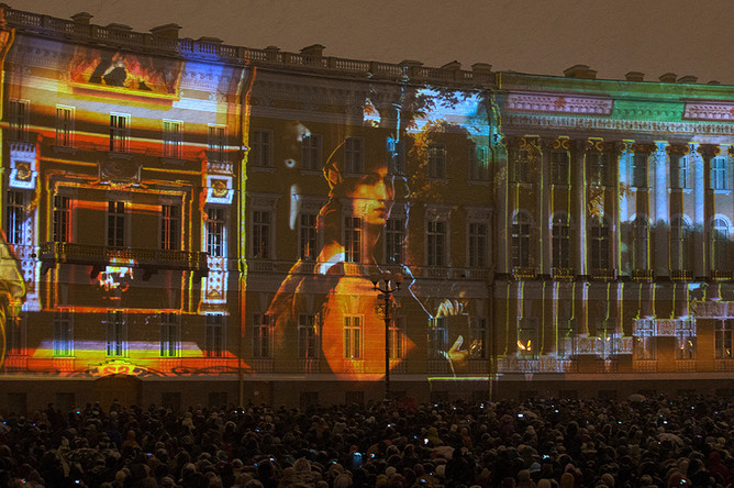 Световое шоу «Бал истории» в честь 250-летия Эрмитажа на Дворцовой площади в Санкт-Петербурге
