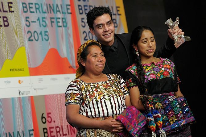 «Серебряного медведя» за фильм, который открывает новые перспективы, получил «Вулкан Икскануль» гватемальца Жайро Бустаманте