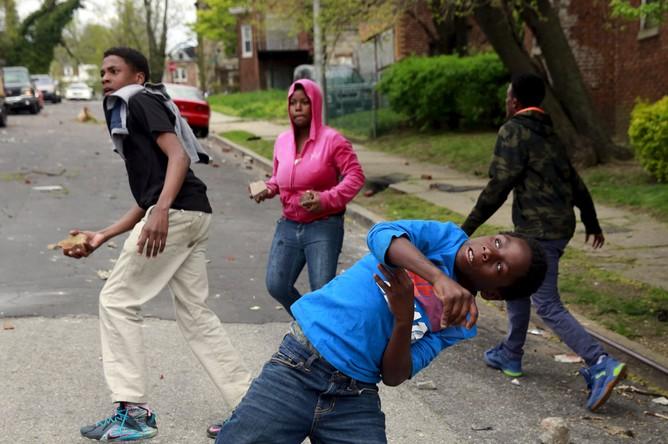 При столкновениях в Балтиморе ранены 15 полицейских