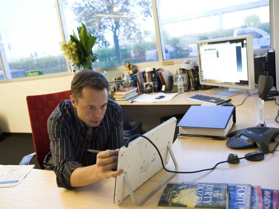 Илон Маск постоянно в работе