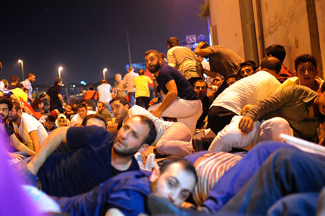 Жители Стамбула во время перестрелки между полицией и военными