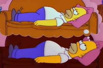 Гомер Симпсон мечтает об отдыхе на диване, лежа на диване