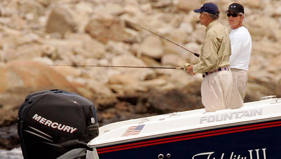 41-й президент США Джордж Герберт Уокер Буш на рыбалке со своим сыном, 43-м президентом США...