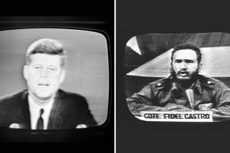 Слева: президент Джон Кеннеди во время телеобращения к жителям США о морской блокаде Кубы, 22 октября 1962 года. Справа: ответ президента Кубы Фиделя Кастро на кубинском телевидении, 23 октября 1962 года. Коллаж