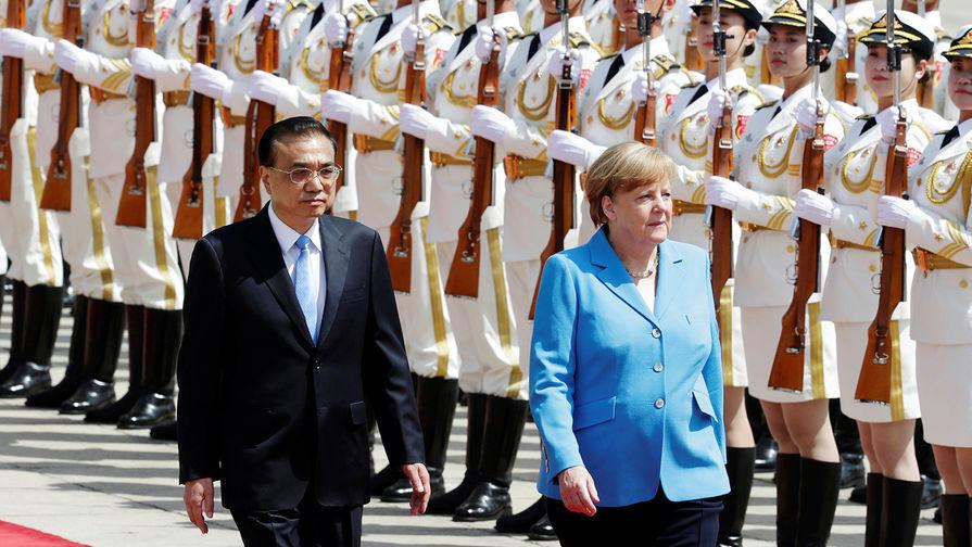 Премьер Госсовета КНР Ли Кэцян и канцлер ФРГ Ангела Меркель во время встречи в Пекине, 24 мая 2018...