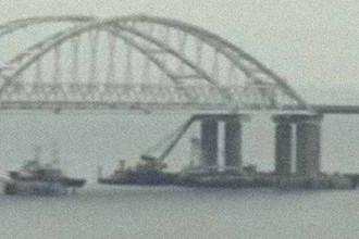 Скриншот видео прохода кораблей «Корец» и «Донбасс» под Крымским мостом
