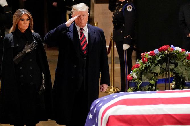 Первая леди США Мелания и президент Дональд Трамп во время прощания с бывшим президентом Джорджем Бушем-старшим в ротонде Капитолия в Вашингтоне, 3 декабря 2018 года