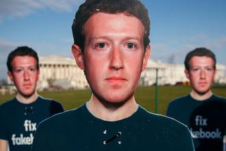 Фигуры с изображением основателя Facebook Марка Цукерберга во время акции около здания Капитолия в Вашингтоне, 2018 год